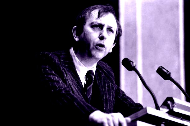 Alain de Benoist lors d'un discours à un colloque du G.R.E.C.E (Groupement de Recherche et d'Etudes pour la Civilisation Européenne) le 29 novembre 1981 à Paris, France. (Photo by Jérôme CHATIN/Gamma-Rapho via Getty Images)
